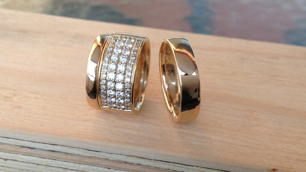 19_ujo_rocks_bespoke_14k_yellow_gold_wedding_rings_diamonds_polished