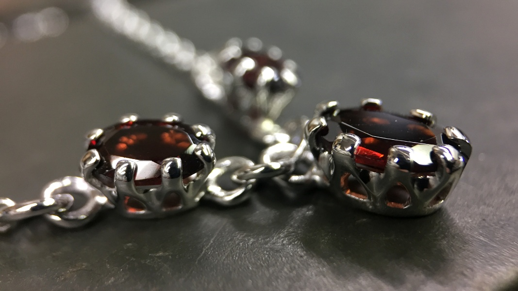 64_ujo_rocks_bespoke_handmade_sterling_silver_three_stone_garnet_claw_setting_necklace_polished