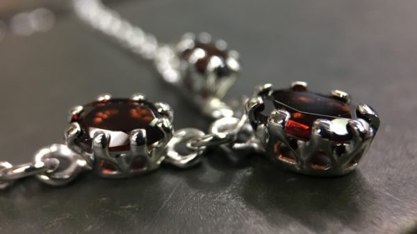 64_ujo_rocks_bespoke_handmade_sterling_silver_three_stone_garnet_claw_setting_necklace_polished_thumbnail