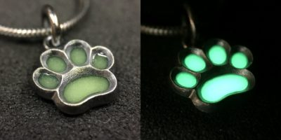 ujo_rocks_paw_pendant_green_glow_colours_in_daylight_and_in_darkness