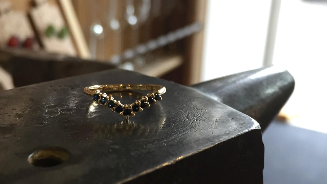 71_ujo_rocks_bespoke_handmade_14k_yellow_gold_chevron_wedding_ring_with_spinels